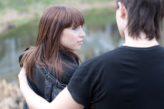 Glückliche Paare draußen Lizenzfreie Stockfotografie