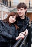 Glückliche Paare draußen Lizenzfreie Stockfotos