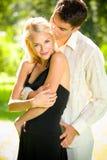 Glückliche Paare, draußen lizenzfreie stockfotos
