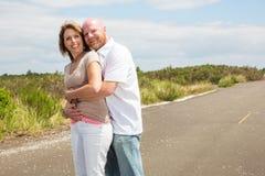 Glückliche Paare draußen Stockfoto