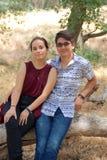 Glückliche Paare in einem Park Lizenzfreies Stockfoto