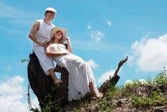 Glückliche Paare gegen die Natur Stockfoto