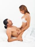 Glückliche Paare im Bett Lizenzfreie Stockfotos