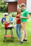 Glückliche Paare im Garten stockfoto