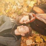 Glückliche Paare im Herbst Stockfotos