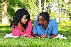 Glückliche Paare im Park Lizenzfreie Stockfotografie