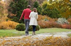 Glückliche Paare im Park stockfoto
