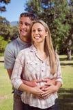 Glückliche Paare im Park Lizenzfreies Stockfoto