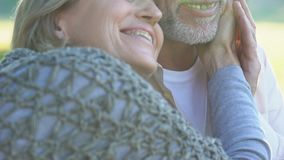 Glückliche Paare im Ruhestand, die draußen romantisches Datum, rührendes männliches Gesicht der Frau genießen stock video