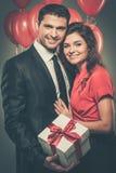 Glückliche Paare mit Ballonen Stockbild