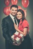 Glückliche Paare mit Ballonen Lizenzfreies Stockfoto