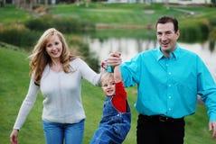Glückliche Paare mit einem Kind lizenzfreie stockfotos
