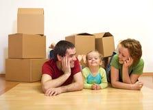 Glückliche Paare mit einem Kind in ihrem neuen Haus Lizenzfreies Stockbild
