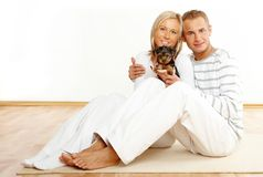Glückliches Paar mit einem Welpen stockfoto
