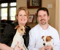 Glückliche Paare mit ihren Hunden Stockfotografie