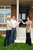 Glückliche Paare mit Immobilienmakler Lizenzfreies Stockbild