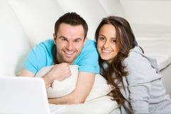Glückliche Paare mit Laptop Lizenzfreie Stockfotografie
