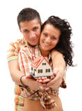 Glückliche Paare mit Minihaus Stockfotos