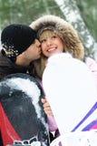 Glückliche Paare mit Snowboards lizenzfreie stockfotos