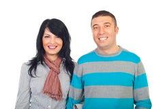 Glückliche Paare mit toothy Lächeln Lizenzfreie Stockbilder