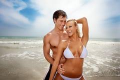 Glückliche Paare am Strand stockfotos