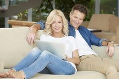 Glückliche Paare unter Verwendung des Laptops Lizenzfreies Stockfoto