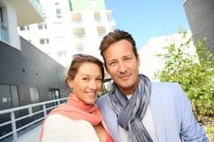 Glückliche Paare von mittlerem Alter im Stadtgebiet stockfotografie