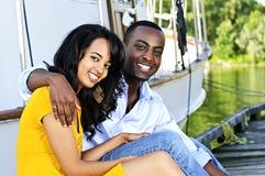 Glückliche Paare vor Yacht lizenzfreies stockbild
