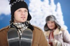 Glückliche Paare am Winter Stockfotografie