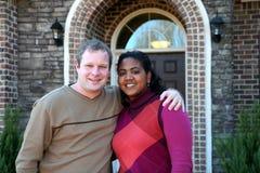 Glückliche Paare zu Hause lizenzfreie stockfotografie
