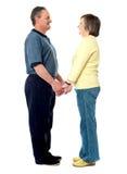 Glückliche Paarholdinghände Stockfoto