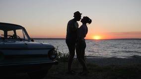 Glückliche Paarküsse zum Dammfluß auf Hintergrundsonnenuntergang, Wochenende von jungen Paaren auf Sommer stützen Meer unter, stock video