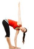 Glückliche Pass-Sitzfrau, die eine Yogaausdehnung tut Lizenzfreie Stockbilder
