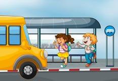 Glückliche Passagiere am Busbahnhof Stockbild