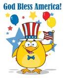 Glückliche patriotische gelbe Chick Cartoon Character Waving An-amerikanische Flagge am Unabhängigkeitstag lizenzfreie abbildung