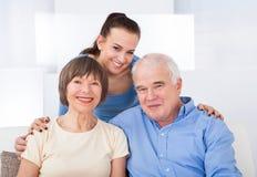 Glückliche Pflegekraft mit älteren Paaren Stockbilder