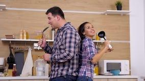 Glückliche positive Paare in der singenden Küche stock footage