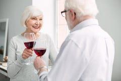 Glückliche positive Paare, die Hochzeitstag feiern lizenzfreie stockfotografie