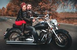 Glückliche Radfahrer, die mit Motorrad aufwerfen lizenzfreie stockfotos