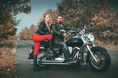 Glückliche Radfahrer, die mit Motorrad aufwerfen lizenzfreies stockbild