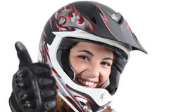 Glückliche Radfahrerfrau mit einem Motocrosssturzhelm und -daumen oben Lizenzfreies Stockbild
