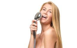 Glückliche recht blonde Frau und blaue Augen, die unter Verwendung s singen Lizenzfreie Stockfotos