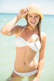 Glückliche recht blonde schauende Kamera in das Meer Lizenzfreie Stockfotos