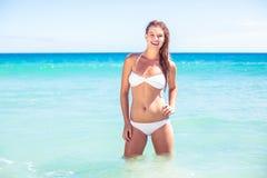 Glückliche recht blonde schauende Kamera in das Meer Lizenzfreies Stockbild