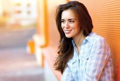Glückliche recht junge Frau des Lebensstilporträts draußen Lizenzfreies Stockfoto