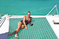 Glückliche reife Dame auf einem Segelschiff Lizenzfreie Stockfotografie