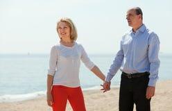 Glückliche reife Frau mit älterem Mann zusammen Lizenzfreie Stockfotos