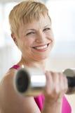 Glückliche reife Frauen-anhebende Gewichte Stockbilder