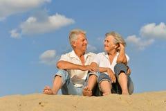 Glückliche reife Paare barfuß Stockbilder