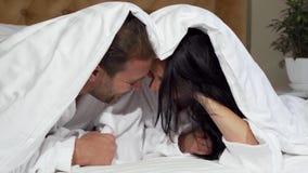 Glückliche reife Paare, die froh, zusammen liegend im Bett lachen stock video footage